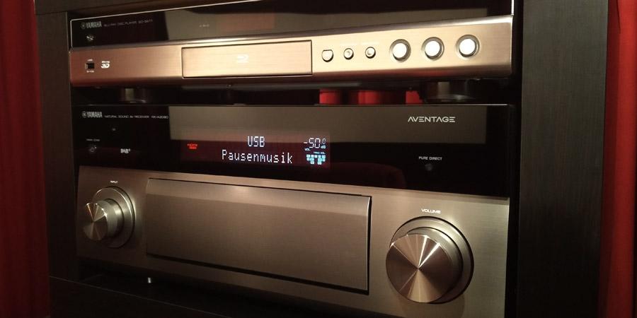Pausenmusik wird im Display eines AV-Receivers angezeigt.