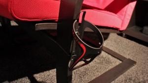 Ein Fahrrad-Getränkehalter an einem IKEA-Sessel, Ansicht von schräg vorn