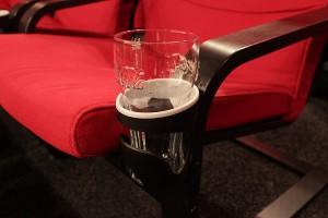 Getränkehalter an IKEA Poäng Sessel verschraubt