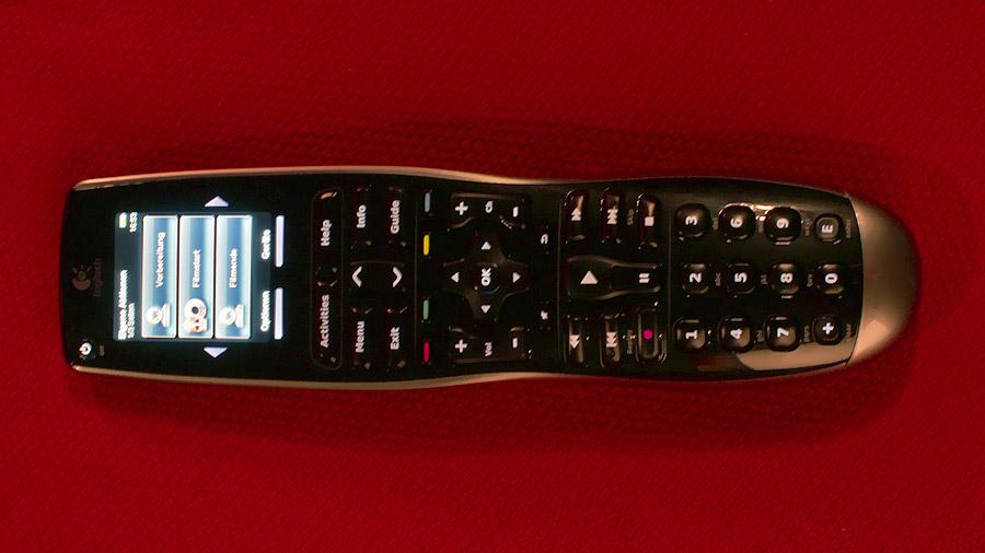 Eine Logitech Harmony 900 Universalfernbedienung mit Touchscreen und Tastenbeleuchtung.