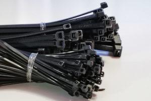 Mehrere Bündel schwarze Kabelbinder in verschiedenen Größen.