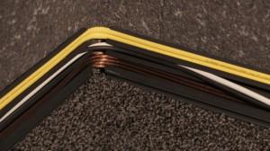 Kabelkanäle als Sockelleiste mit eingelegten Kabeln