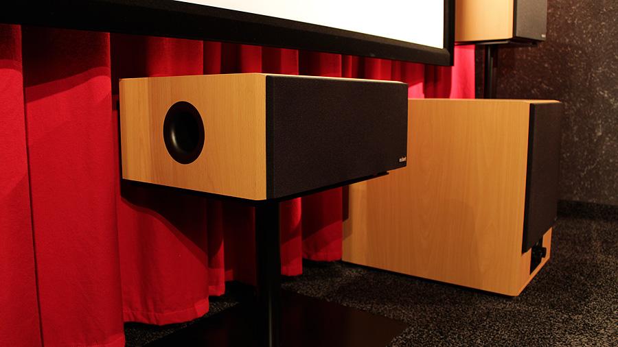 Einige ältere Lautsprechermodelle in klassischem 90er-Jahre-Look: Buchenholzfurnier und schwarze Stoffabdeckungen.