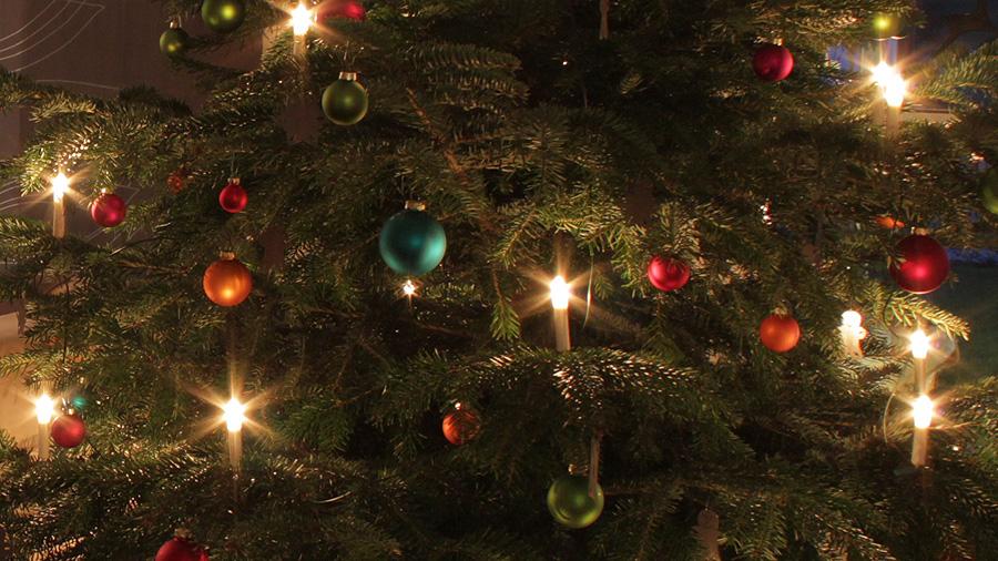 Weihnachtsfilme schaut man am besten unter dem Weihnachtsbaum – aber nur, wenn der im Heimkino steht