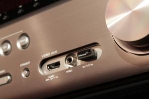 Niemand würde vermuten, dass von diesem winzigen USB-Stick im AV-Receiver die Pausenmusik abgespielt wird