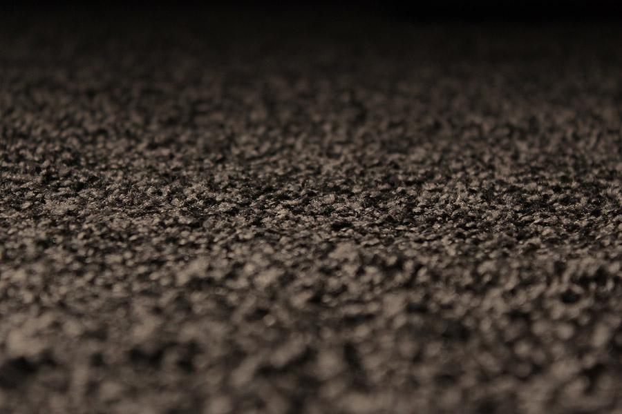 Ein Teppich ist das einfachste Mittel, um den Nachhall zu vermindern