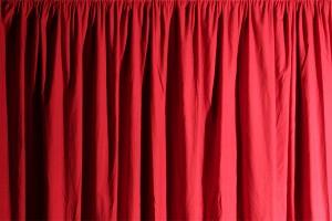 Roter Vorhang aus Dekomolton-Stoff