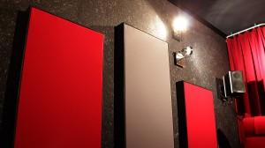 Dekorative Plattenabsorber an den Wänden verringern den Nachhall erheblich