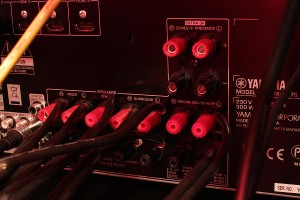 Lautsprecherkabel an Schraubklemmen angeschlossen