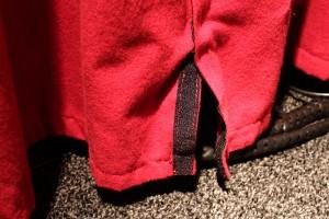 Zwei Teile eines Vorhangs mit Klettverschluss verbunden