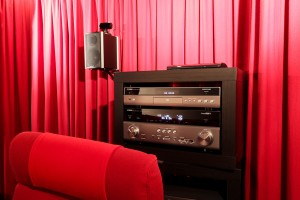 AV-Receiver und Blu-ray-Player in einem HiFi-Rack
