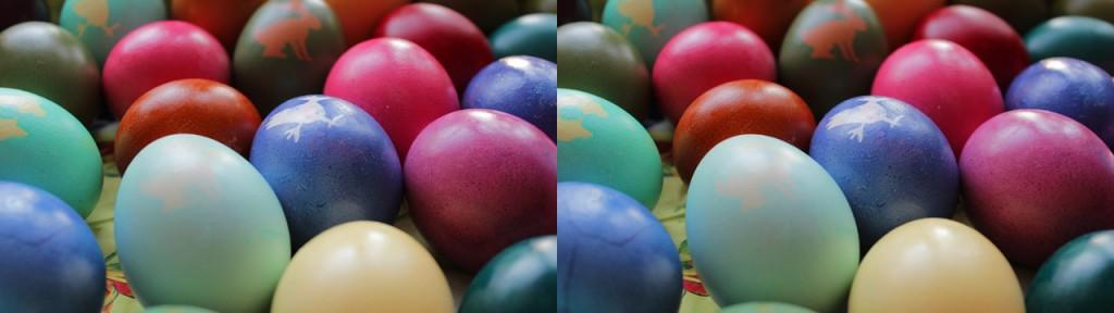 Die Struktur der Eier in blau und lila unten rechts fällt durch leichte Bildfehler auf, die auf eine Bildkorrektur zurückzuführen sind