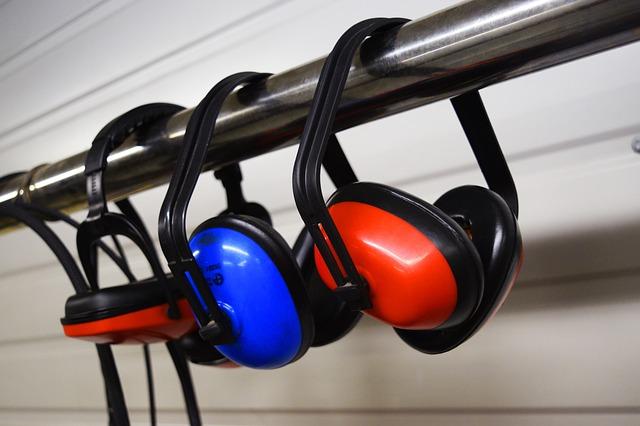 Bunte Ohrenschützer hängen an einer Stange.