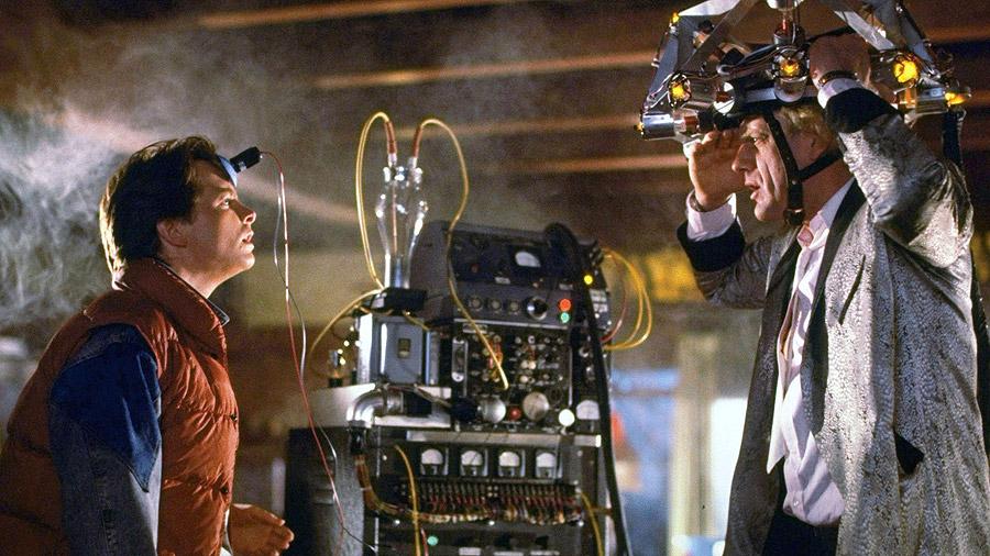 Marty McFly und Doc Brown mit einem Haufen Technik