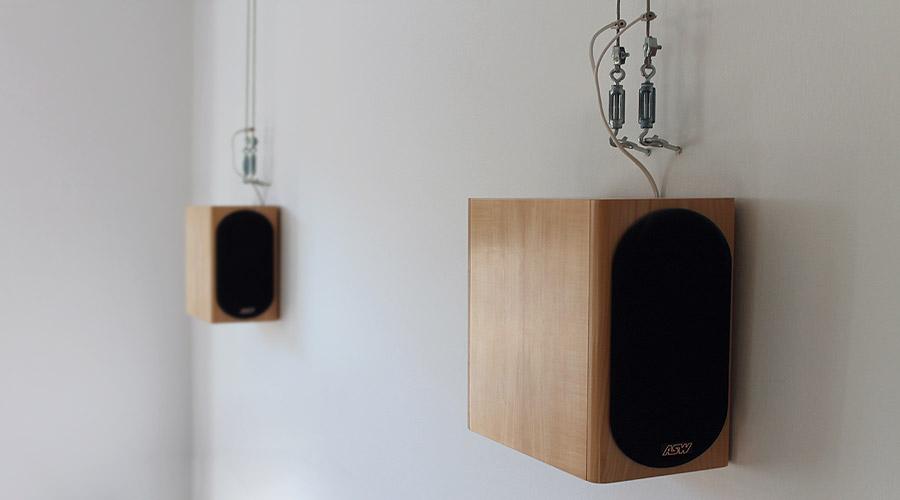 Verkabelung von Surround-Lautsprechern mit Drahtseilen