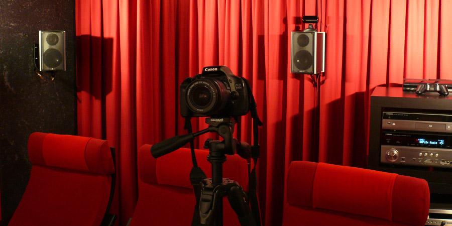 Gute Fotos vom Heimkino macht man am besten mit einer richtigen Kamera auf einem Stativ.