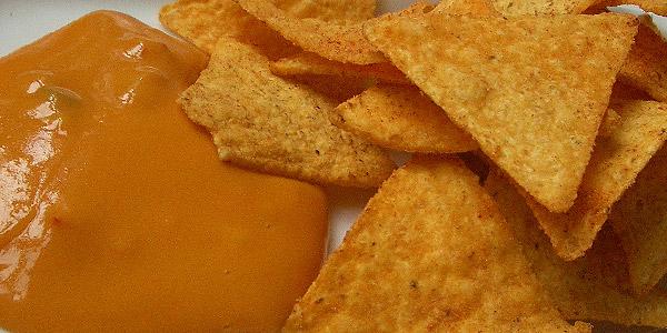 Nachos mit Käsesoße