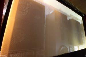 Kinolautsprecher hinter der akustisch transparenten Leinwand