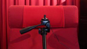 Messmikrofon auf einem Kamera-Stativ am Hörplatz aufgebaut