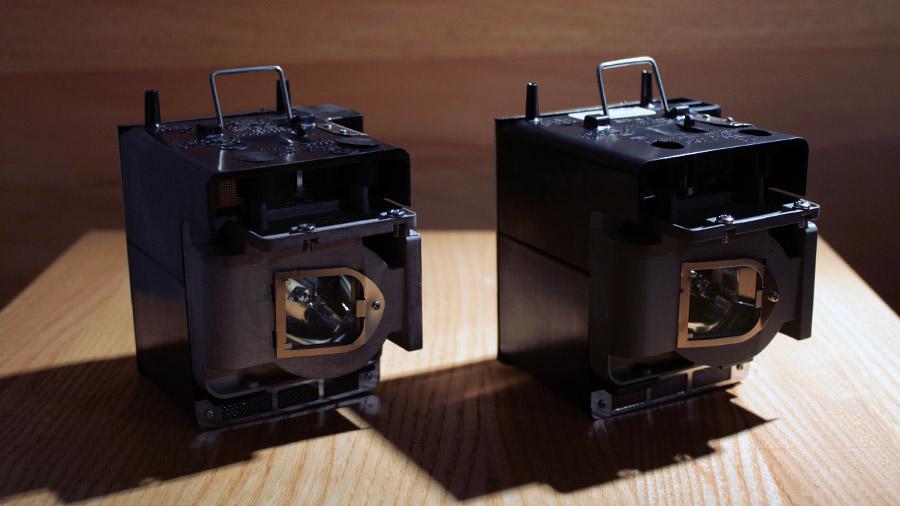 Zwei Beamer-Lampen, ein Original-Produkt und ein kompatibler Nachbau