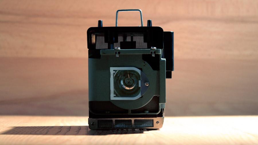 Front-Ansicht einer Beamer-Lampe mit Käfig