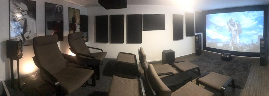 Panorama des Kinoraums mit dem Podest auf der linken Seite