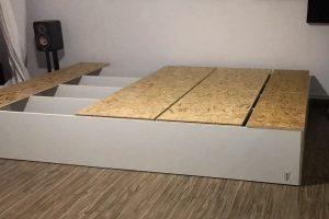 Die Bodenplatten werden auf das Podest geschraubt