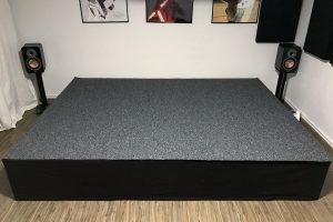Bodenbelag des Podests mit Teppich