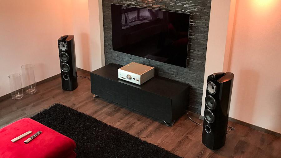 Wohnzimmer mit Stereo-Lautsprechern und TV