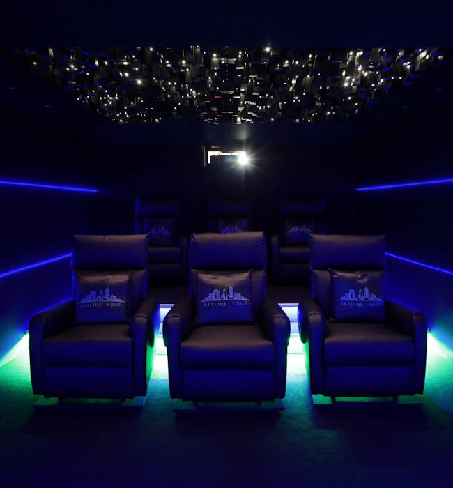 Der Kinoraum des Skyline Four