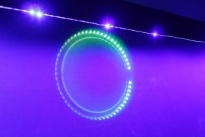 Durch die Leinwand hindurch scheinende LEDs umranden die Subwoofer-Chassis