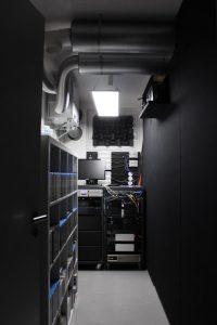 Heimkino-Technikraum mit Filmregal und Vorschaumonitor