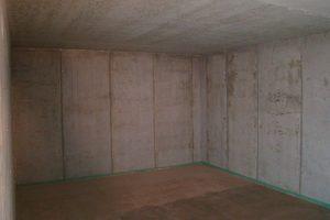 Der völlig leere Kinoraum mit Betonwänden