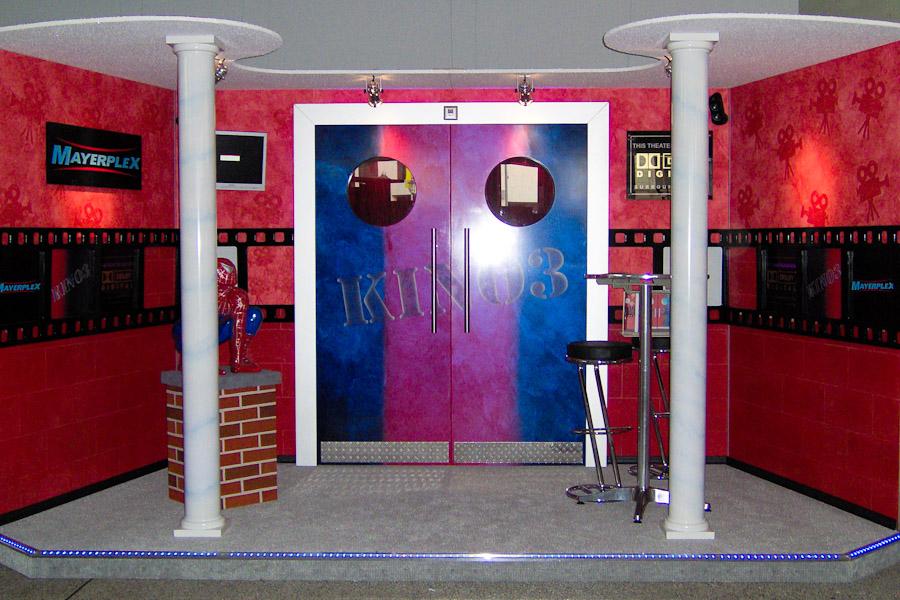 Michaels Meisterstück: ein Kino-Foyer mit Eingangstür