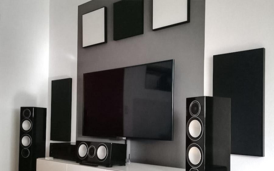 Wohnzimmer-Front mit Lautsprechern und Absorbern