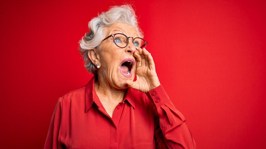 """Eine rüstige Rentnerin schreit aufgebracht """"Ruhe!"""""""