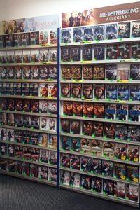 Regale voller Filme in einer Videothek