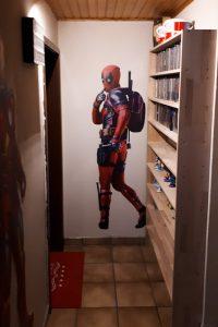 Der Eingangsbereich mit lebensgroßem Deadpool-Poster
