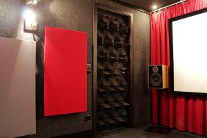 Blick auf den Eingangsbereich des Code Red. Die Tür ist mit Unmengen kleiner Schaumstoffecken beklebt.