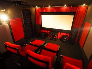 Kinoraum mit Blick zur Front. Die Leinwand wird durch eine Maskierung abgegrenzt.
