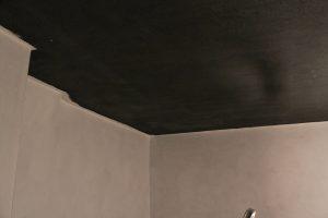 Weiße Wände und nahezu schwarze Decke
