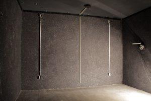 Die Rückwand mit verschiedenen Kabelkanälen und Aufputz-Steckdosen