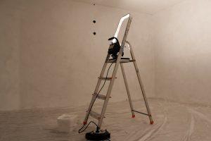 Im verputzten Raum wurden die Wände mit einer speziellen Farbe grundiert.