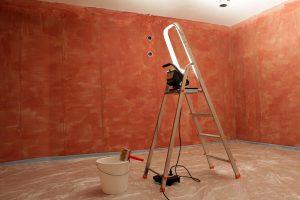 Orange-braune Grundierung an den unverputzten Wänden