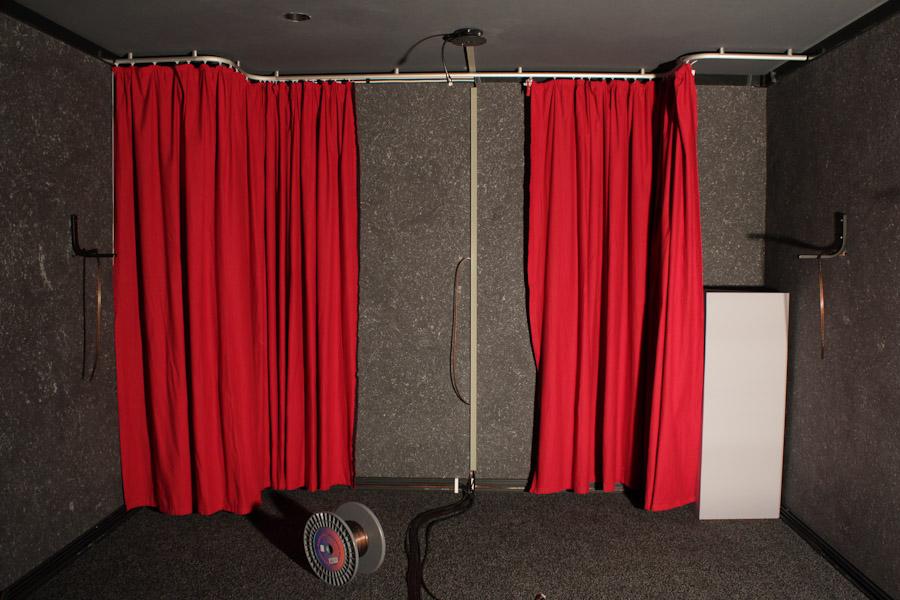 Der Ausbau des Code Red: Vorhänge, Kantenabsorber und jede Menge Kabel