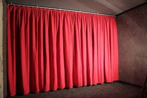 Durchgehender roter Vorhang an der Front