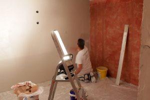 Mein Aushilfs-Stuckateur beim Verputzen der Wände