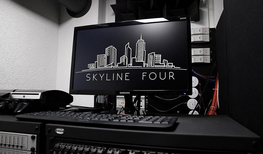 Ein Heimkino-Technikraum mit Vorschaumonitor, der das Logo des Kinos anzeigt.