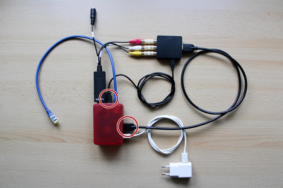 Foto des schematischen Aufbaus von HDMI-nach-Composite-Konverter, VideoGrabber und Raspberry Pi (vereinfachte Anschlüsse zur Entwicklung hervorgehoben).
