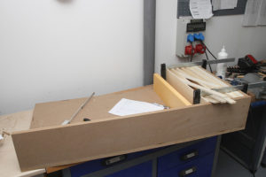 Ein im Bau befindlicher 1D-QR-Diffusor, bei dem bereits mehrere Etagen verleimt wurden.